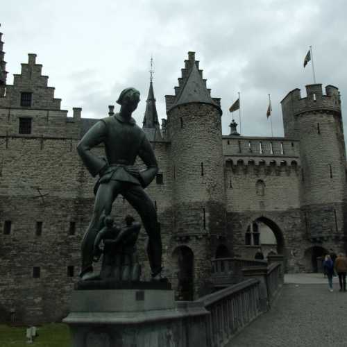 Замок Стен и долговязый Ваппер перед ним.