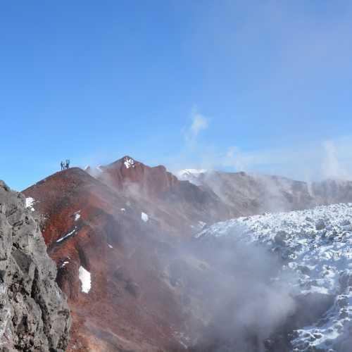 На вершине Авачи, на краю кратера