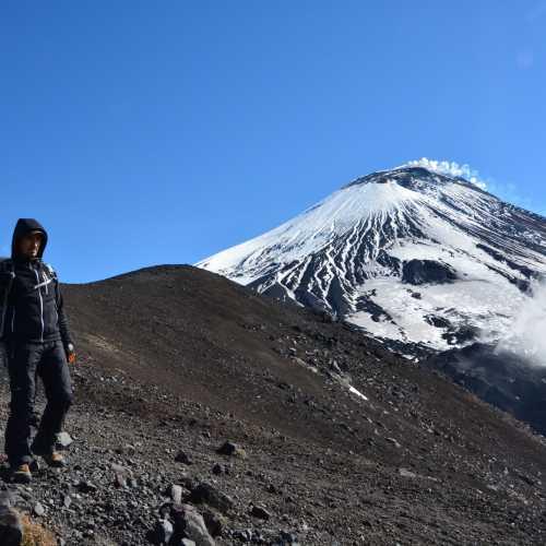 высота 2080м, впереди конус вулкана