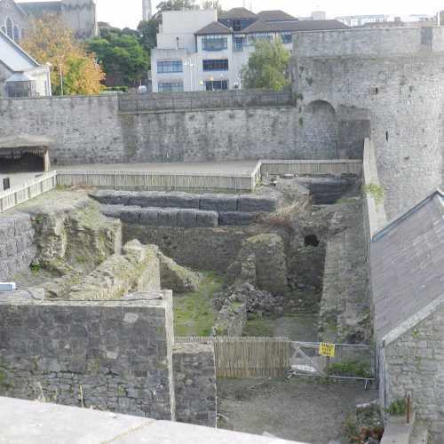 Раскопки внутри замка — первоначальная крепость викингов IX века.