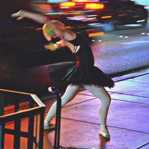 Танцующая девушка на улицах Вегаса