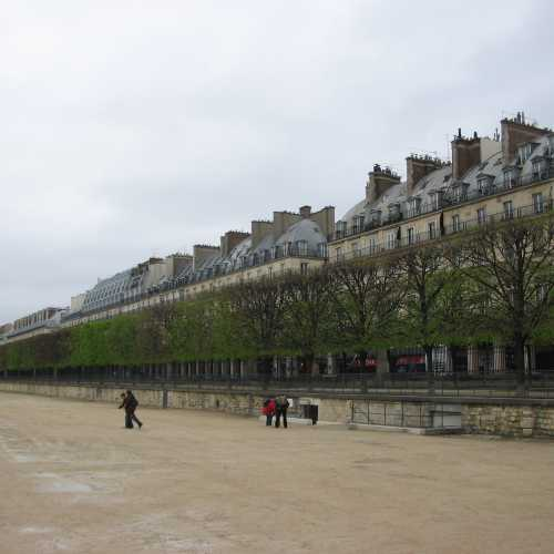 Париж.