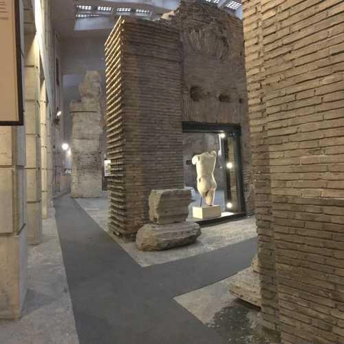 Руины театра под площадью. Площадь полностью повторяет формы театра, т.к. здания наверху использовали как фундаменты стены театра, оставшегося внизу.