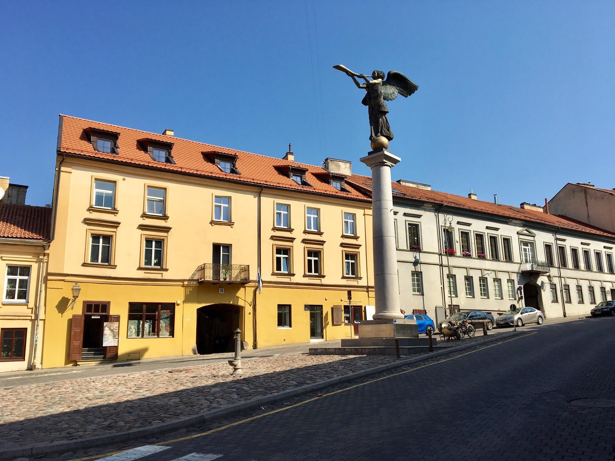 Скульптура ангела находиться на центральной площади Заречья. Почти все заведения вокруг называться «Возле ангела».