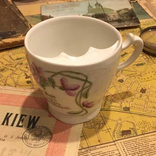 Чашка с подставкой для усов