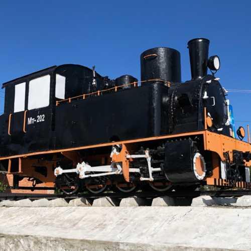 Узкоколейный Паровоз — МТ 202, построен в 1895 году на заводе Св. Леонарда по закажу Эстонского железнодорожного департамента. Поставлен на постамент в 1984.