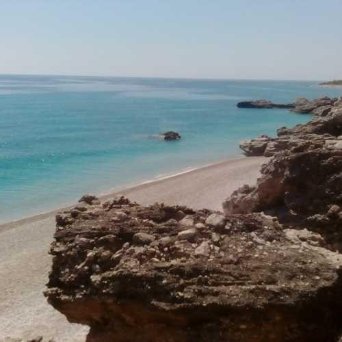 Скалы и море.
