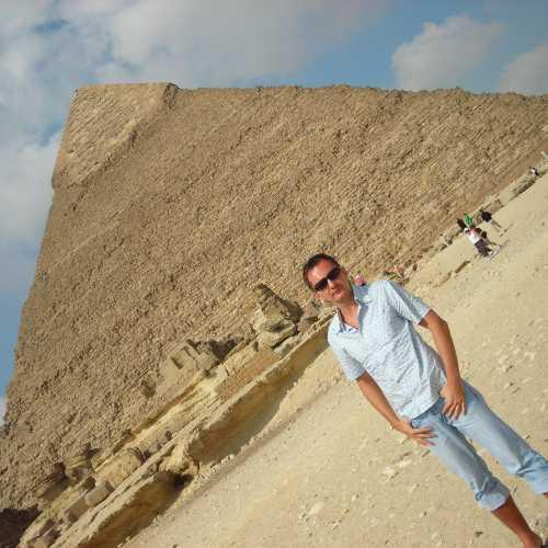 Комплекс пирамид в Гизе — комплекс древних памятников на плато Гиза в пригороде Каира, современной столицы Египта. Пирамида Хеопса (Хуфу) является единственным оставшимся памятником из семи чудес древнего мира. Октябрь 2006 года
