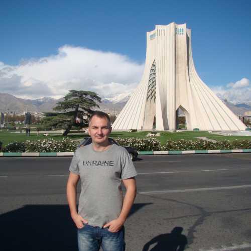 ТЕГЕРАН, 02 ноября 2014 года Башня Свободы — архитектурный символ Тегерана. Башня Азади была построена в 1971 в честь 2500-летия Персидской империи. До 1979 носила название «Башня памяти царей»