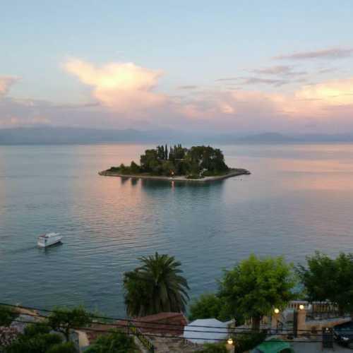 осторовок Пантиконисси — Мышиный остров. Вид с балкона отеля. Одна из главных достопримечательностей острова Корфу или Керкира