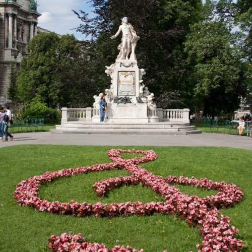 Памятник Моцарту в Вене. Вообще в Вене прекрасная архитектура в стиле барокко, все такое чистое и ухоженное