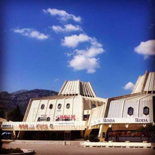 Торговый центр советских времен выглядит как секретный ангар в пустынях Аризоны, в котором правительство с 1975 года прячет инопланетян