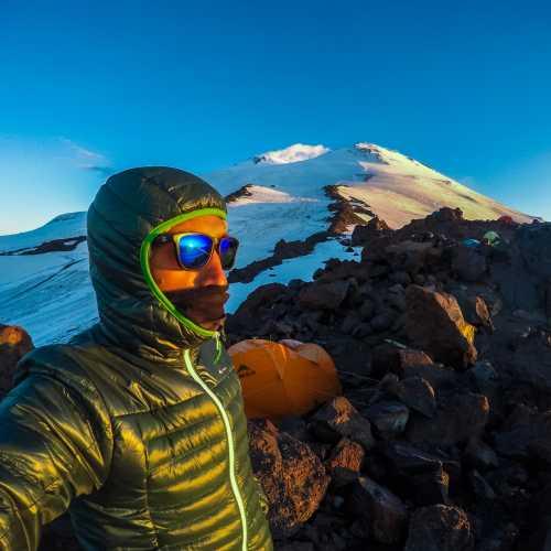 4200 над уровнем моря. Стоянка перед восхождением на вершину Эльбруса.