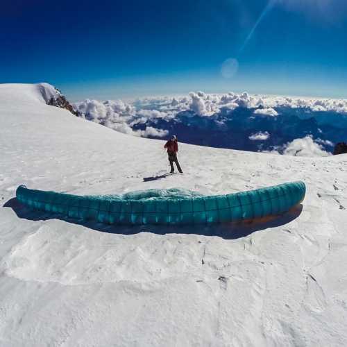 С парапланом на западной Вершине Эльбруса