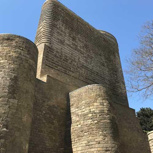 Maiden Tower или Девичья башня. древняя крепостная постройка у прибрежной части «Старого города» Ичери-шехер. Является одним из важнейших компонентов приморского «фасада» Баку. Возвышается в прибрежной части феодального города — Крепости, или Ичери-шехер. Башня стоит на скале, частично облицованной чисто тёсаным камнем и защищённой крепостной стеной с системой крупных полукруглых выступов, поднимающихся от подножия почти до самой вершины.