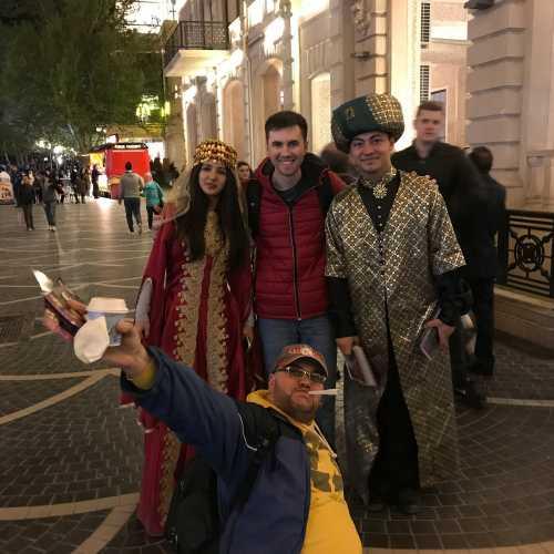 В первый же день, встретил замечательных ребят на улице Низами, одетых в национальных костюмах, ну как тут пройти мимо?