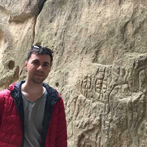 Гобустан — наскальные рисунки и грязевые вулканы, включенные в список культурного наследия ЮНЕСКО, — одна из самых запоминающихся достопримечательностей Азербайджана. Заповедник, расположенный всего в 50-60 км от столицы страны Баку, станет отличной экскурсией на полдня, благо, добраться сюда не составит труда.<br/> <br/> Начинают туристы традиционно с вулканов — зрелище и правда экзотичное. Серо-бежевая потрескавшаяся земля, откуда тут и там торчат невысокие сопки и блестят на солнце лужи, периодически издающие громкое «чавк» и «бульк». Грязь здесь смешивается с водой и нефтью, оставаясь при этом холодной. Есть как достаточно большие вулканы, так и совсем миниатюрные, размером с лужу.