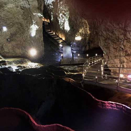 Уникальная пещера Стопича с подземной рекой, водопадом и каскадом наполненных водой травертин. Недалеко от Златибора