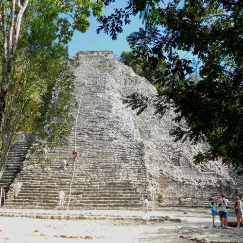 Пирамида в Коба не такая известная как в Чичен-Итце, зато считается самой экстремальной в мире