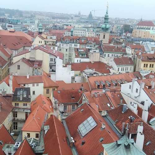 Вид на центр Праги с башни ратуши.