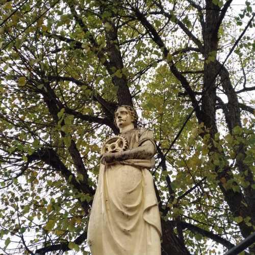 Статуя на мосту перед замком