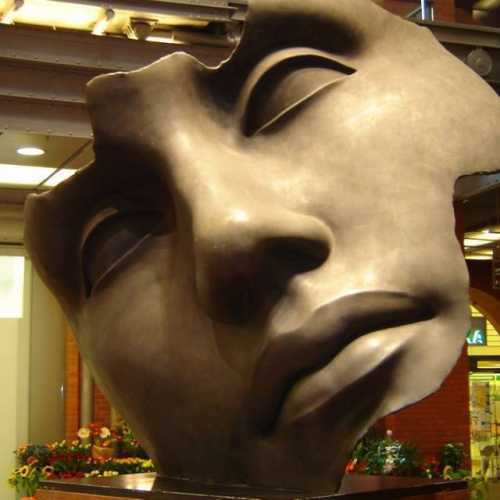 8 ліпеня 2005 года. Познань. Скульптура (маска) у Гандлёвым цэнтры.<br/> #Познань #Poznań #Poznan