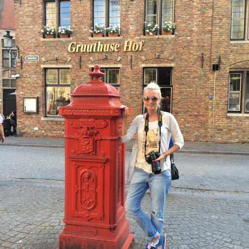 Залечь на дно в Брюгге) Отличный фильм с одноименным названием и красивейший городок!