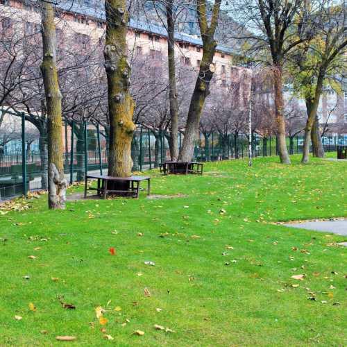 Центральный парк — является крупнейшим общественным парком в столице. В парке все посетители любых возрастов найдут себе занятие по душе. Здесь есть и детская площадка для самых маленьких, и зона для молодежных игр, и уютные скамейки под сенью деревьев для тех, кто постарше, и бар-ресторан с террасой и прекрасным панорамным видом. Кроме всего прочего в центральном парке Андорра-ла-Велья находится прекрасный альпинарий с интереснейшим садом камней.