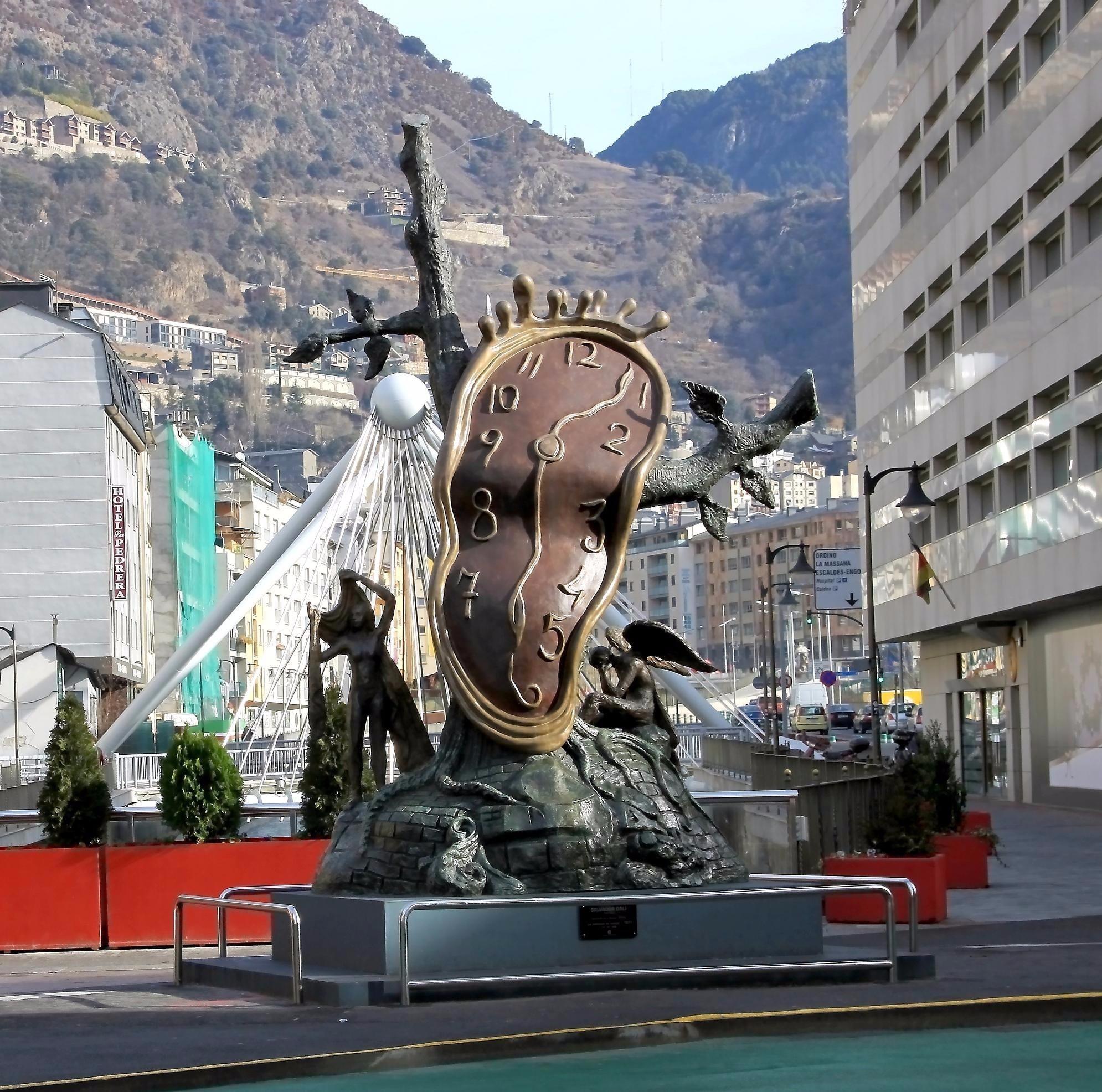 Пятиметровая скульптура Сальвадора Дали установлена в столице Андорры на одной из центральных площадей. Она называется «Благородство времени» и изображает плавящиеся часы.