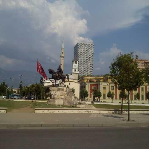 Памятник народному герою СКАНДЕРБЕГУ