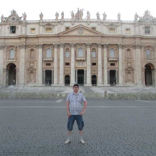 Ватикан. Я на фоне Собора Святого Петра. (10.07.2014)