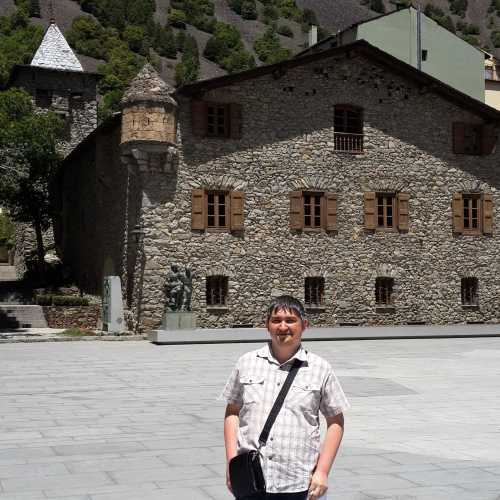 Андорра-ла-Велья. Я на фоне Каса-де-ла-Валль. (21.06.2016)
