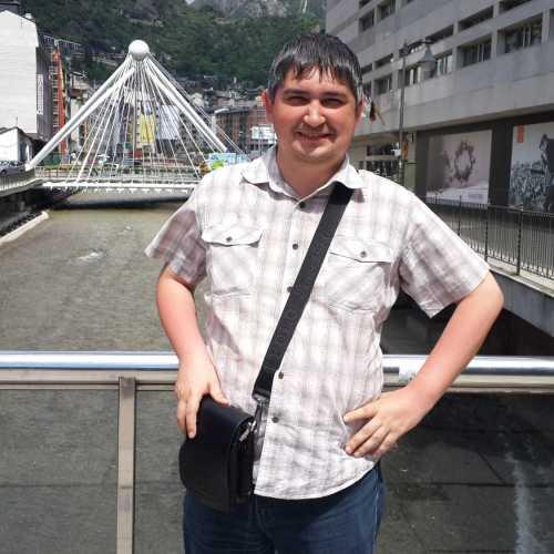 Андорра-ла-Велья. Я на фоне моста через реку Валира. (21.06.2016)
