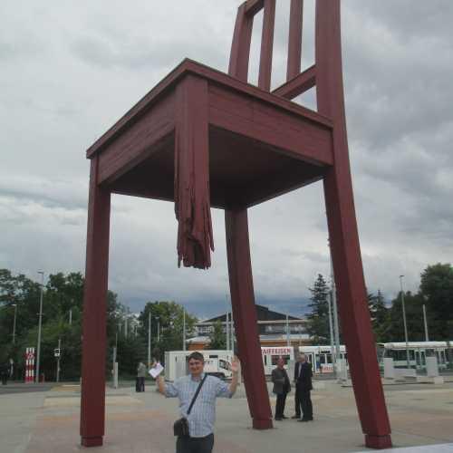 Женева. Я у скульптуры «Сломанный стул». (16.06.2016)