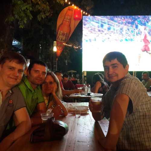Тирана. Смотрим матч Россия — Швеция. (05.09.2015)