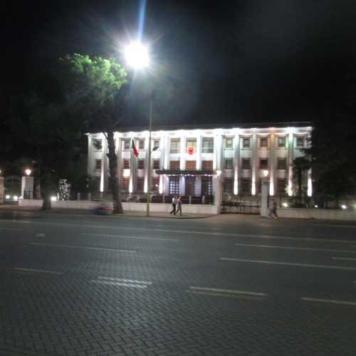 Тирана. На бульваре Дешморет-э-Комбит. (05.09.2015)