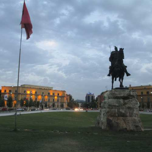 Тирана. Памятник Скандербегу. (05.09.2015)