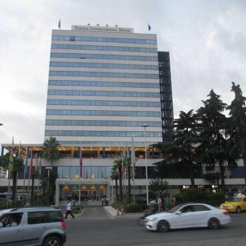 Тирана. Здание международной гостинницы. (05.09.2015)