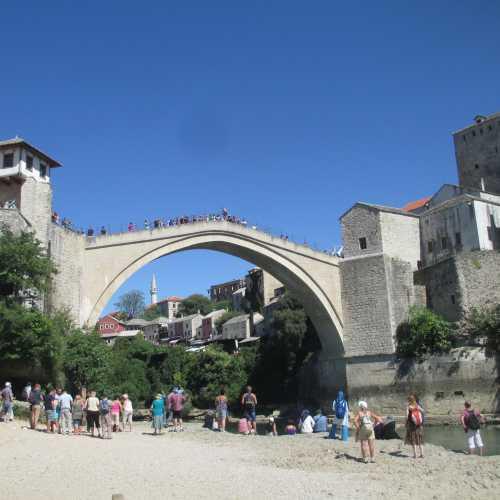 Мостар. Старый мост. Туристы ждут прыжка ныряльщика. (08.09.2015)