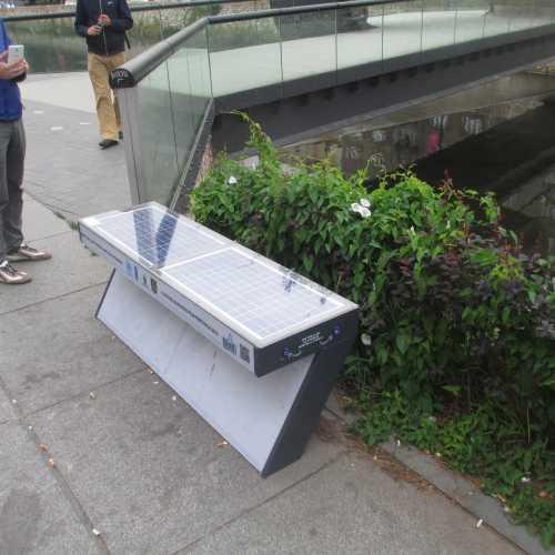 Сараево. Хайтек-скамейка с зарядкой для телефонов. (07.09.2015)