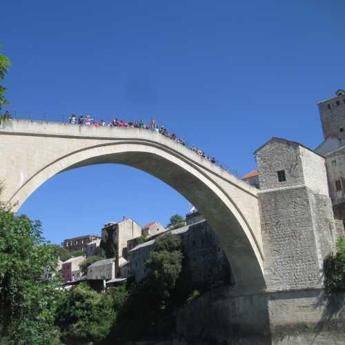 Мостар. Старый мост. Ныряльщик готовится к прыжку. (08.09.2015)