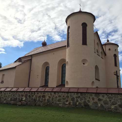 Оборонительный храм в Камаях. Построен в 1603-1606 годах, несколько раз восстанавливался. Один из немногих костелов, который не был закрыт и продолжал работать даже во времена советской власти.