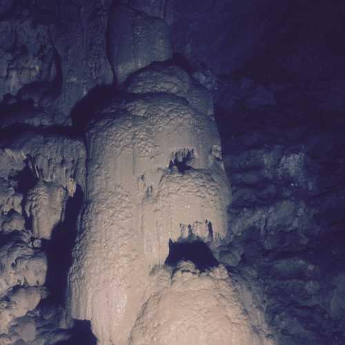 Наросты на стенах в пещере похожи на страшных чудовищ