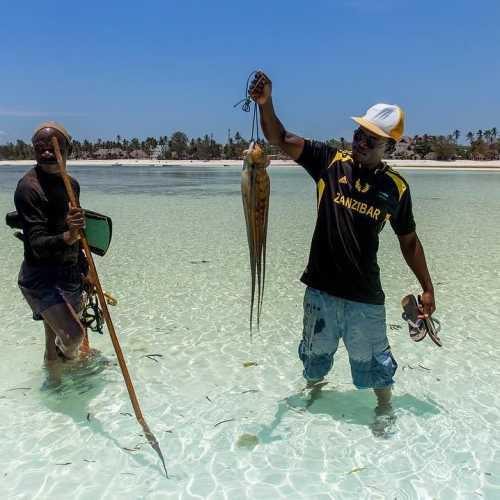 Утренний улов… а справа наш сегодняшний гид, проведший нас вброд до рифов..