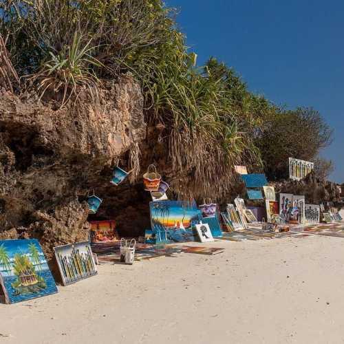 Местные художники продают своё шедевры на берегу без каких-либо палаток или шатров… просто в прибрежных пещерах… выглядит очень самобытно и круто!