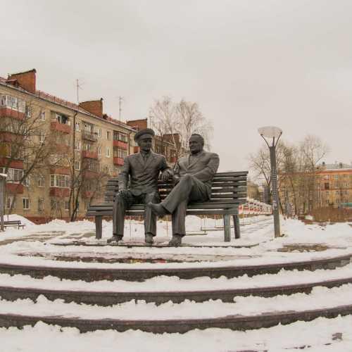 памятник Сергею Королёву и Юрию Гагарину установлен у центрального дворца культуры