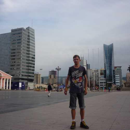 Улан-Батор, Площадь Чингисхана. Вдали торгово-офисный центр в 24 этажа «Blue Sky» и монумент Сухэ-Батору. 2016 г.