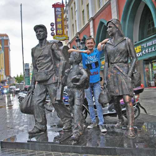 В Маньчжурии множество разных интересных забавных монументов. Один из таковых — памятник русским челнокам — основной «доходной артерии» города.