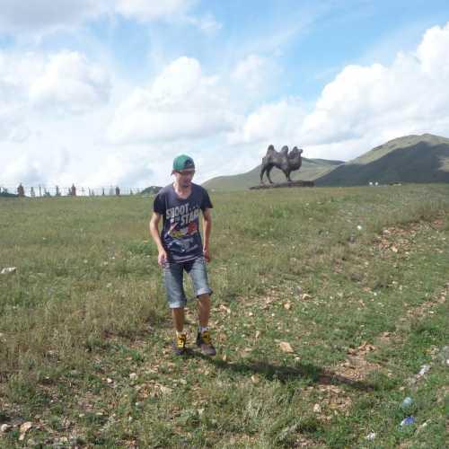 Монгольские равнины. За мной — монументик верблюду, таскателю чая из близлежащего Китая. Именно на этом месте был один из участков Великого чайного пути. 2016 г.