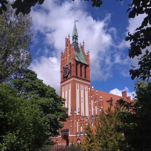 У областной филармонии (бывшая католическая кирха Кенигсберга, построенная в начале прошлого века).